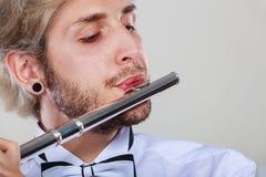 Flautista de sexo masculino que juega su primer de la flauta Fotos de archivo