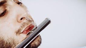 Flautista de sexo masculino que juega su primer de la flauta Imágenes de archivo libres de regalías