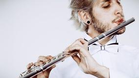 Flautista de sexo masculino que juega su primer de la flauta Fotografía de archivo