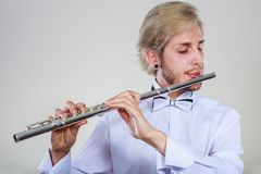 Flautista de sexo masculino que toca su flauta Fotografía de archivo