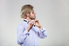 Flautista de sexo masculino que toca su flauta Imagen de archivo libre de regalías