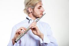 Flautista de sexo masculino que toca su flauta Foto de archivo