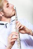Flautista de sexo masculino que toca su flauta Imágenes de archivo libres de regalías