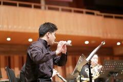 Flautista maschio dell'università di xiamen nella prestazione Fotografie Stock