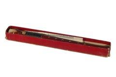 Flauto di legno dello strumento musicale in scatola rossa su fondo bianco Fotografia Stock