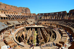 Flavian圆形露天剧场或罗马斗兽场与蓝天在背景中 库存照片