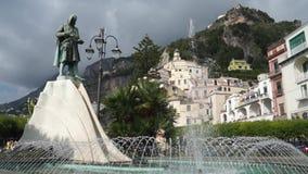 Flavio Gioia Statue in de stad van Amalfi in Italië (1 van 2) stock videobeelden