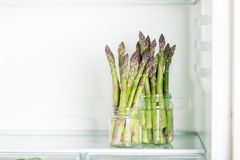Flavoursome, сладостная и нежная великобританская спаржа в холодильнике стоковая фотография