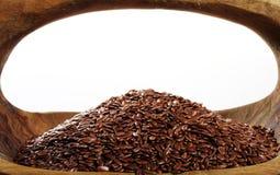 Flaxseed em uma bacia de madeira Fotografia de Stock
