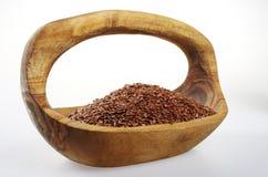 Flaxseed em uma bacia de madeira Fotografia de Stock Royalty Free