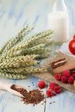 Flaxseeds naast frambozen en koekjes Stock Foto's