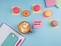 Flaylay de pause-café dans le bureau photos libres de droits