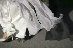flödande bröllopwhite för klänning Royaltyfri Fotografi