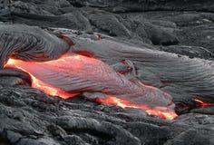 Flödande lava i Hawaii Royaltyfri Fotografi