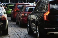 Flöde av bilar i staden Fotografering för Bildbyråer