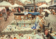 Free Flea Market And Buyers Watching Bargains Stuff, Vintage Decor And Retro Utensils Stock Photography - 145508652