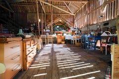 Fleamarket en un granero hermoso fotografía de archivo