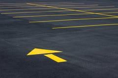 Flecha amarilla del tráfico Foto de archivo libre de regalías