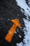 Flecha amarilla grande en la calle Fotografía de archivo libre de regalías