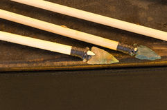 Flecha antigua con la punta de flecha del pedernal Imágenes de archivo libres de regalías
