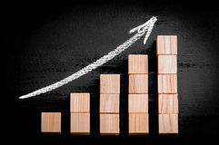 Flecha ascendente sobre gráfico de barra Imagen de archivo libre de regalías