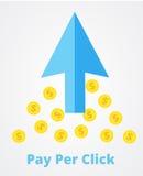Flecha azul grande y muchas monedas Paga por el márketing del tecleo, concepto de la publicidad El PPC paga por la comercializaci Imágenes de archivo libres de regalías