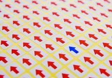 Flecha azul y flechas rojas Fotografía de archivo libre de regalías