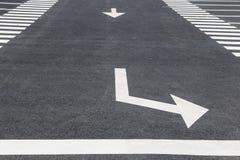 Flecha blanca en el camino Imágenes de archivo libres de regalías