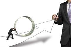 Flecha creciente del dibujo del hombre de negocios otro círculo o del dinero que empuja imagen de archivo libre de regalías