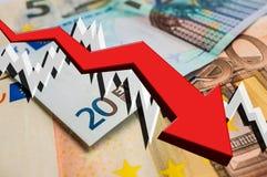 Flecha de caída con el fondo euro del dinero Fotografía de archivo