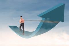 Flecha de control del hombre de negocios con la cadena en el cielo azul Foto de archivo
