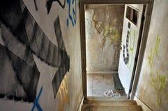 Flecha de la escalera en casa abandonada Imagen de archivo libre de regalías