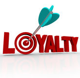 Flecha de la lealtad en la reputación del cliente de la palabra 3D Foto de archivo