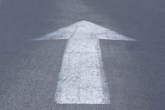 Flecha de las marcas de camino Fotos de archivo libres de regalías