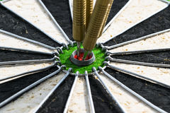 Flecha de los dardos en los dardos del centro de la blanco en cierre del ojo del ` s del toro para arriba Lanza el juego Fotos de archivo