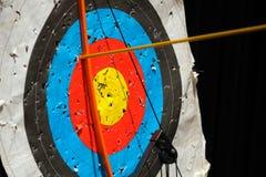 Flecha de madera en el centro de la blanco El concepto de la meta de negocio, el juego se centra en éxito fotografía de archivo libre de regalías