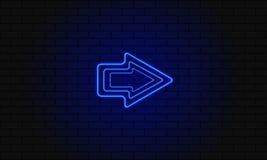 Flecha de neón azul en un fondo del ladrillo Imagen de archivo libre de regalías