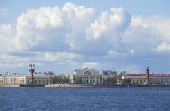 Flecha de Vasilyevsky Island en un primero de mayo nublado St Petersburg Fotos de archivo