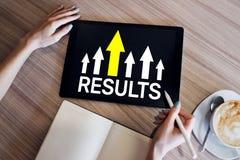 Flecha del crecimiento de los resultados en la pantalla Negocio y concepto personal del desarrollo imagenes de archivo