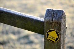 Flecha del sendero en los posts del roble Foto de archivo