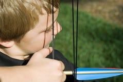 Flecha del Shooting del muchacho/cercano foto de archivo