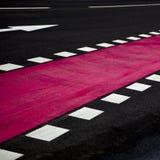 Flecha del tráfico en el camino Fotos de archivo