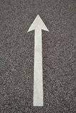 Flecha en el asfalto Imagenes de archivo