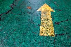 Flecha en el asfalto fotografía de archivo