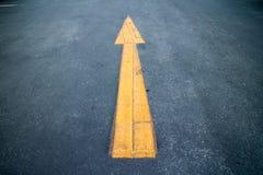 Flecha en el camino Imagen de archivo libre de regalías