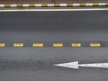 Flecha en el camino Fotos de archivo libres de regalías