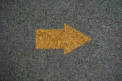 Flecha en encendido las carreteras de asfalto Fotografía de archivo libre de regalías