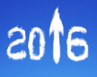 flecha 2016 encima de las nubes blancas de la forma de la muestra en el cielo azul Fotos de archivo
