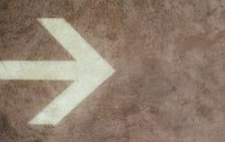 Flecha grande en un fondo del yeso fotografía de archivo libre de regalías