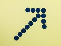 Flecha hecha de los puntos azules que muestran la manera Imágenes de archivo libres de regalías